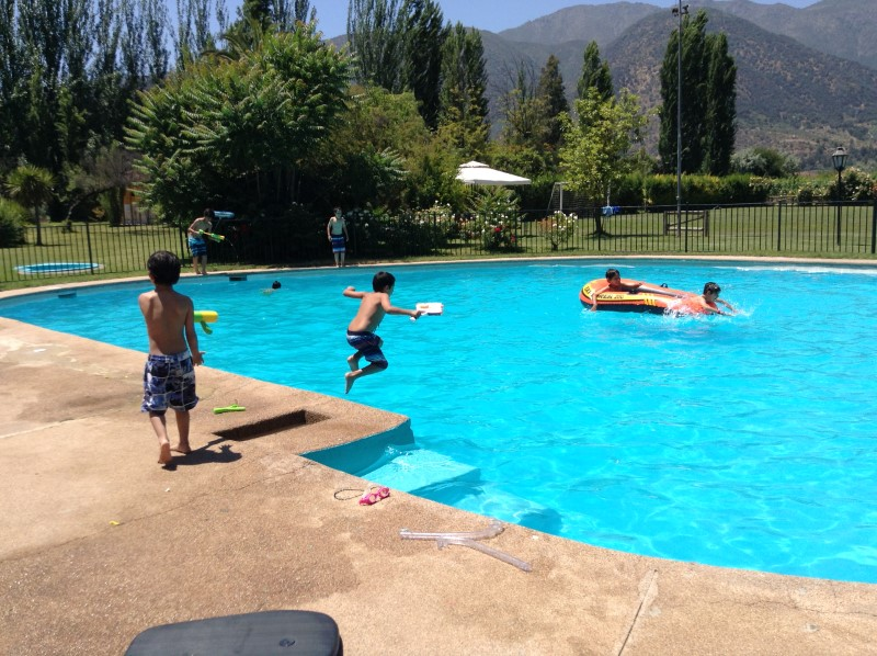 niños en piscina y bote