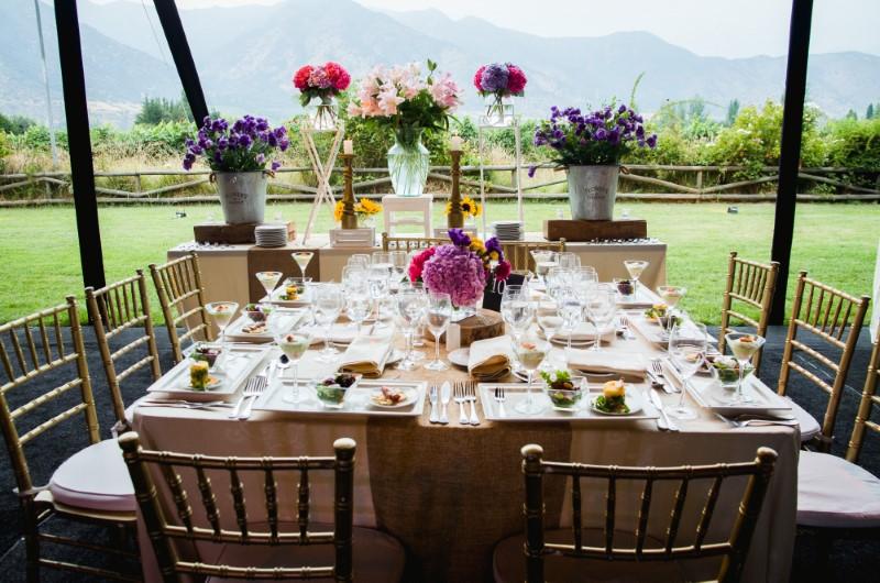 Mesa con comida y flores en la cancha