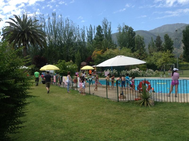 Muchos niños en piscina